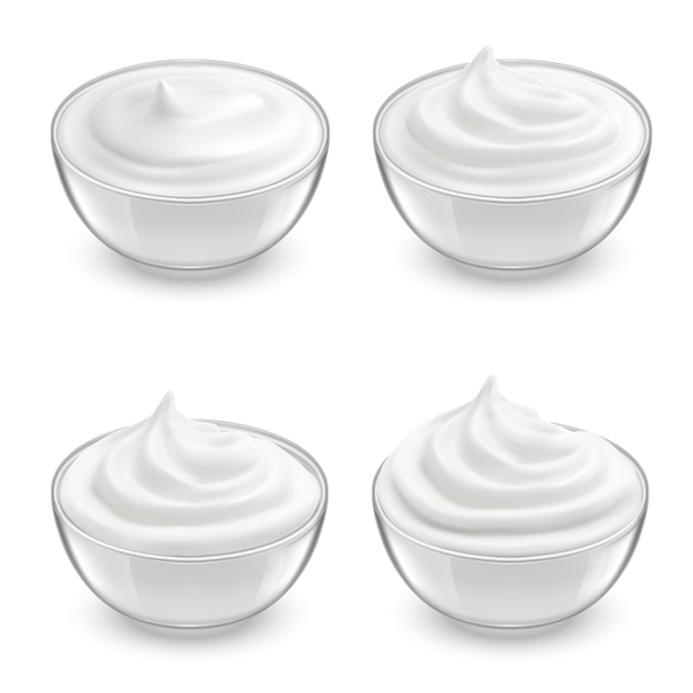 白いサワークリーム、マヨネーズ、ヨーグルト、甘いデザートと透明なボウルの現実的なセット。 無料ベクター