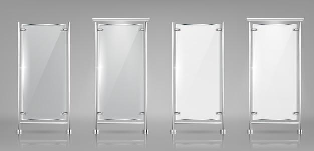 Набор пустых стеклянных баннеров на металлических стойках, прозрачные и белые дисплеи Бесплатные векторы