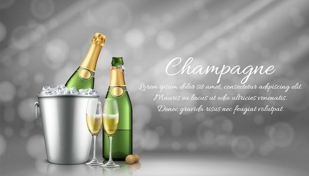 Бутылка шампанского в ведерке со льдом и два полных стакана на сером стертом фоне с солнечными лучами. Бесплатные векторы