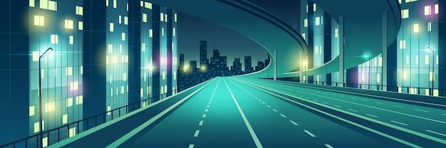 Ночной мегаполис пустой, четырехполосный, освещенный уличными фонарями скоростной автомагистрали, городской автострады с эстакадой или мостом сверху, идущим к небоскребам зданий на горизонте мультяшный векторная иллюстрация Бесплатные векторы