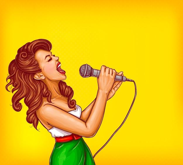 Поющая молодая женщина с микрофоном поп-арт вектор Бесплатные векторы