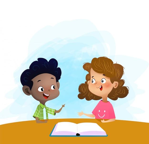 Двое детей говорить и обсудить книгу в библиотеке. Premium векторы