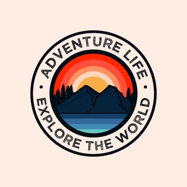 Красочный логотип с изображением горы приключений Premium векторы