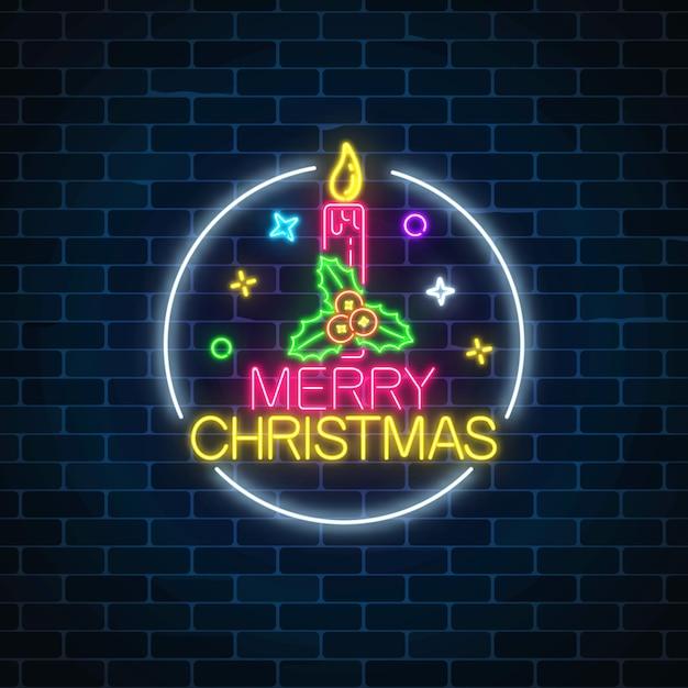 Светящийся неоновый знак рождества с холли и рождественские свечи в круг кадра. Premium векторы