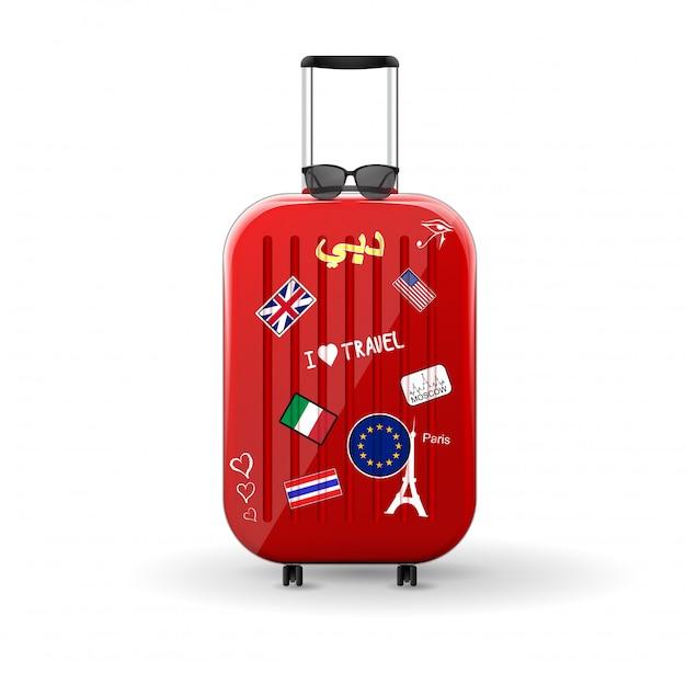 ステッカー付きトラベルバッグ。上にサングラスをかけた赤い光沢のあるスーツケース。世界への旅。 Premiumベクター