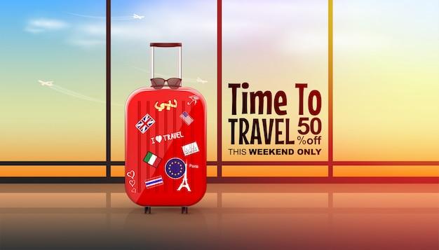 雲と空飛ぶ飛行機とサンシャイン空の空港ターミナルでスーツケースを旅行します。 Premiumベクター