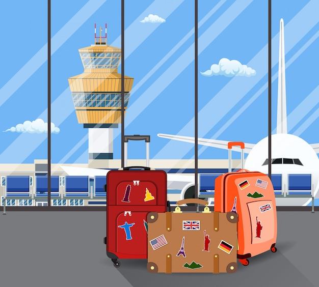 Туристические чемоданы внутри аэропорта с самолетом Premium векторы