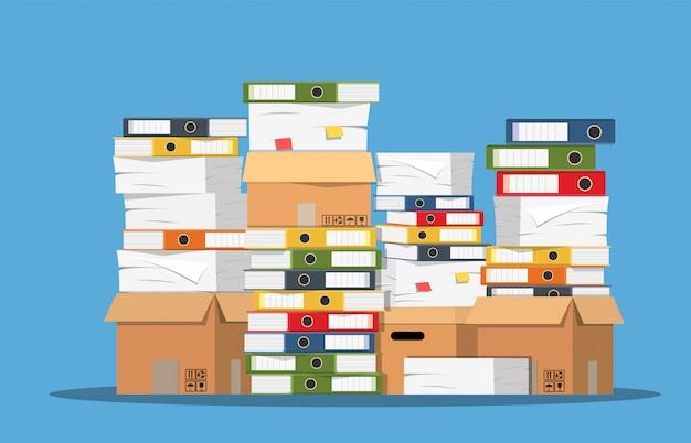 紙の文書とファイルフォルダーの山。 Premiumベクター