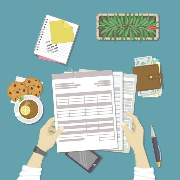 Человек, работающий с документами. человеческие руки держат счета, платежную ведомость, налоговую форму. Premium векторы