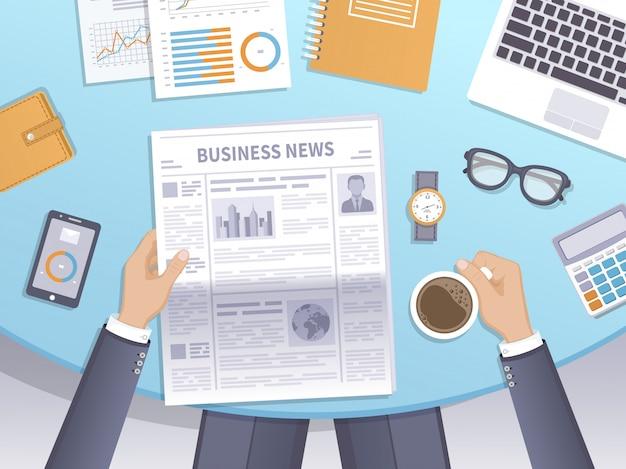 Бизнесмен читает газету на рабочем месте и пьет кофе. Premium векторы