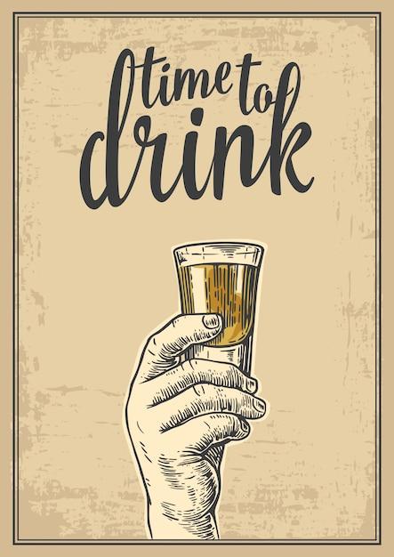 アルコール飲料のショットを持っている男性の手。ラベル、ポスター、パーティーへの招待状のヴィンテージの彫刻イラスト。飲む時間。古い紙ベージュの背景。 Premiumベクター