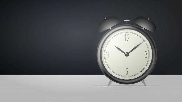 リアルなデスククロック。テーブルの上に黒のレトロな目覚まし時計が立っています。レトロな時計。図 Premiumベクター