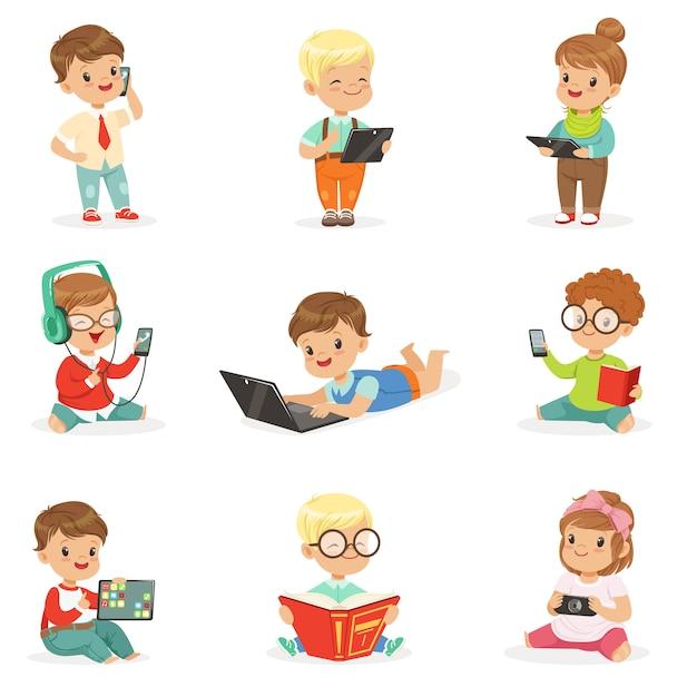 Маленькие дети с использованием современных гаджетов и чтения книг, детство и технологии набор милых иллюстраций Premium векторы