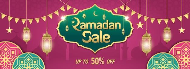 黄金の光沢のあるフレーム、アラビアランタン、紫のイスラム飾りとラマダンセールバナーデザイン Premiumベクター