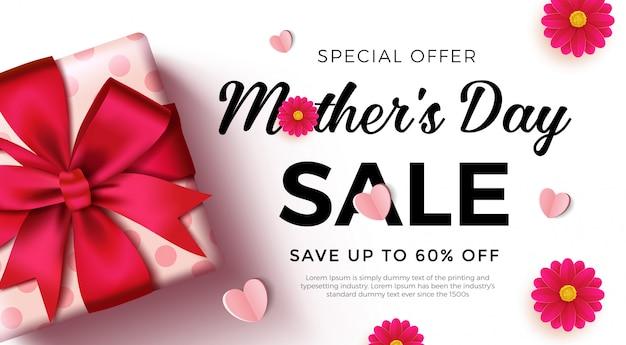 美しいギフトボックス、紙のハートと花の母の日セールバナー。 Premiumベクター