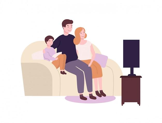 ソファやソファに座ってテレビ、映画、映画を見てかわいい面白い家族。一緒に時間を過ごす愛らしいうれしそうな母、父と息子。自宅で親子。フラット漫画イラスト。 Premiumベクター