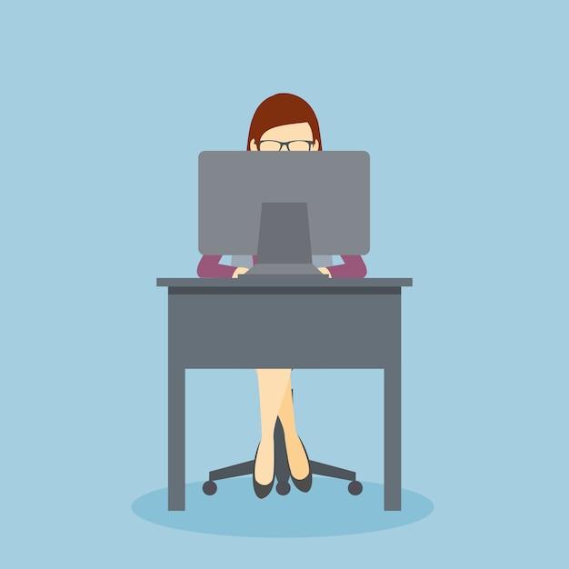 彼のパソコンと彼の事務机で働いている人 Premiumベクター