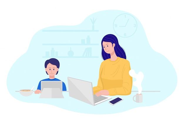 Работа из дома концепции, мать работает на ноутбуке, пока ее сын смотрит мультфильм. Premium векторы