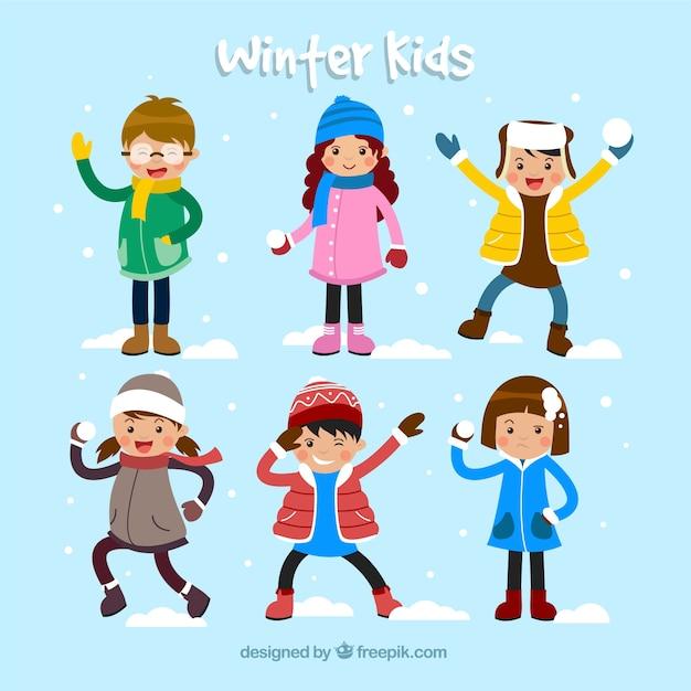Зимняя коллекция детей, играющих в снежки и весело Бесплатные векторы