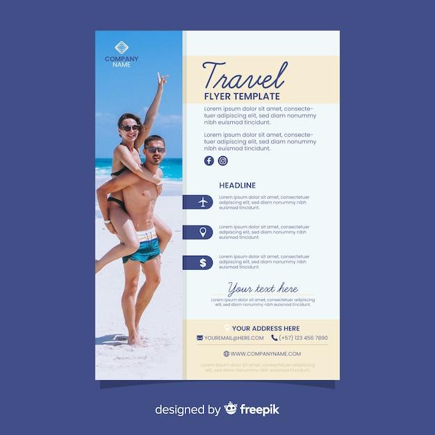 ビーチでカップルと旅行のポスター 無料ベクター