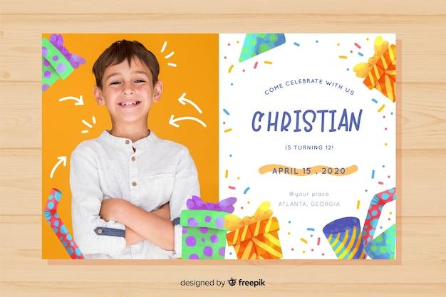 写真を持つ少年テンプレートの子供の誕生日の招待状 無料ベクター