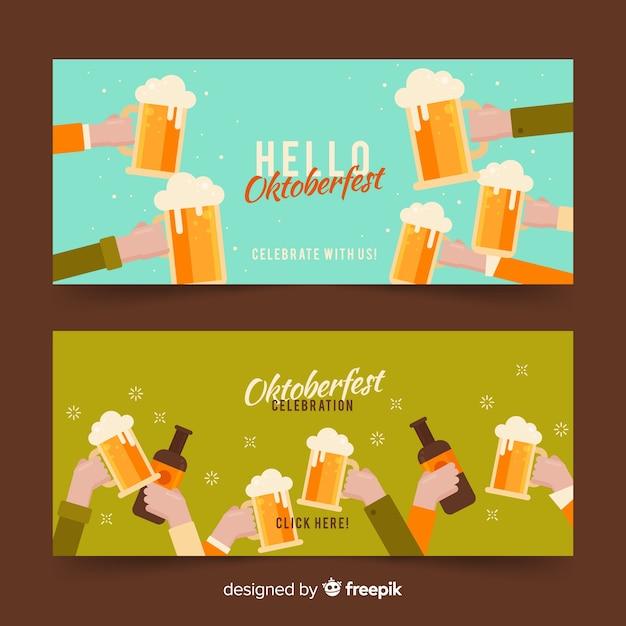 オクトーバーフェストのビールジョッキで乾杯する人々 無料ベクター