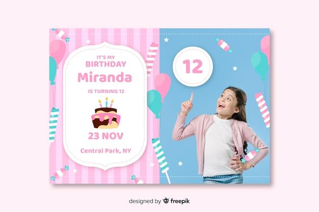 写真のコンセプトを持つ子供の誕生日の招待状 無料ベクター