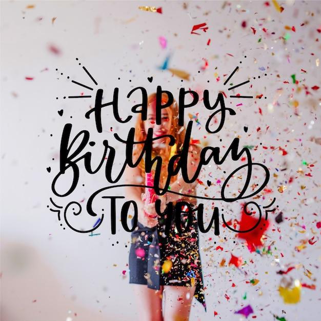 女の子と紙吹雪のお誕生日おめでとうレタリング 無料ベクター