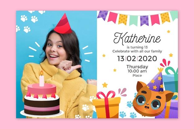 Детское приглашение на день рождения с изображением шаблона Бесплатные векторы