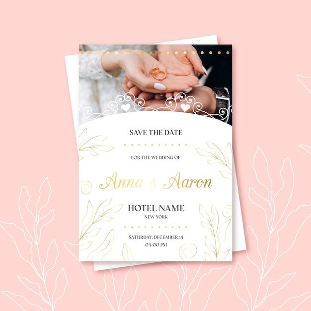 Свадебное приглашение молодоженов и обручальное кольцо Бесплатные векторы