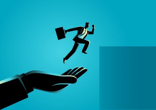 高くジャンプするビジネスマンを助ける手 Premiumベクター