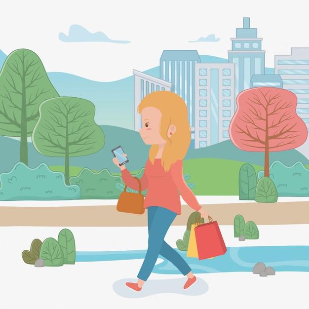 スマートフォンを使用して公園を歩いている美しい女性 無料ベクター