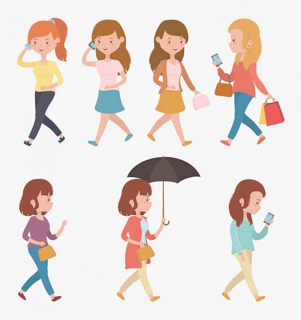 スマートフォンを使用して歩いている美しい女性のグループ 無料ベクター