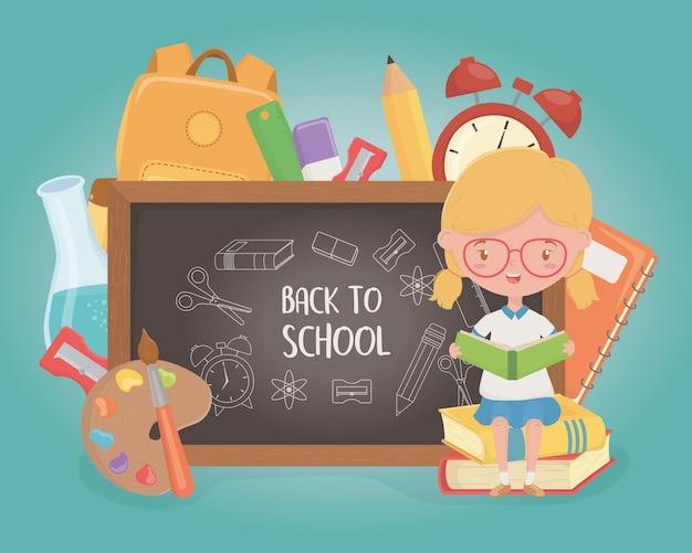 Маленькая девушка студента с доской и школьными принадлежностями Бесплатные векторы