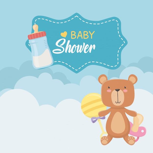 Открытка на празднование появления ребенка с медвежонком тедди и молочными бутылками Бесплатные векторы