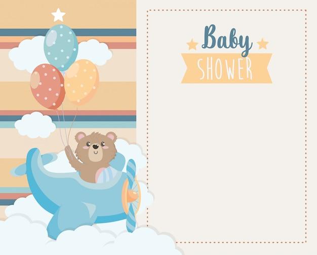 Открытка милого медведя в колыбели и воздушные шары Бесплатные векторы