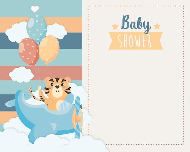 クレードルと雲の中のかわいい虎のカード 無料ベクター