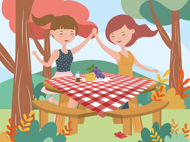 テーブルフードピクニック自然風景と幸せな女性 Premiumベクター