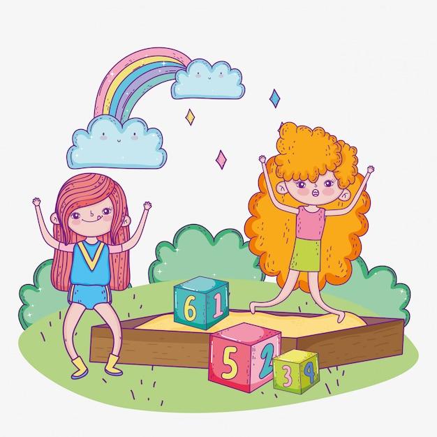 Счастливый детский день, девочки играют в песочнице с парком блоков Premium векторы