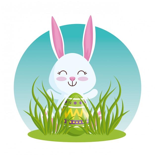 草の中のイースターエッグと幸せなウサギ 無料ベクター