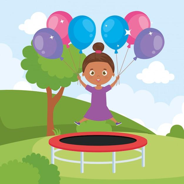 Маленькая девочка афро в прыжке на батуте с воздушными шарами гелия в ландшафтном парке Premium векторы