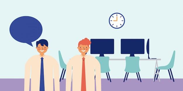 Два деловой человек с пузырьковой речью, внутри офиса, стол с компьютерами в спину Бесплатные векторы