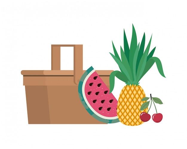Корзина для пикника с тропическими фруктами на белом Бесплатные векторы