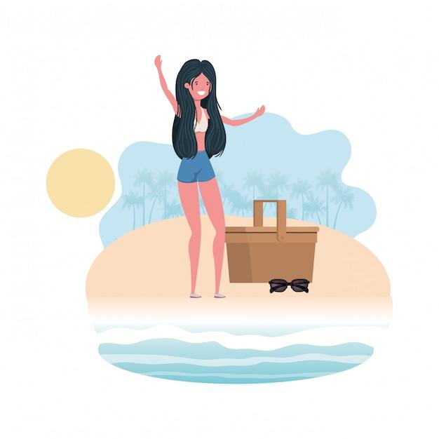 ピクニックバスケットが付いている浜の海岸の女性 無料ベクター