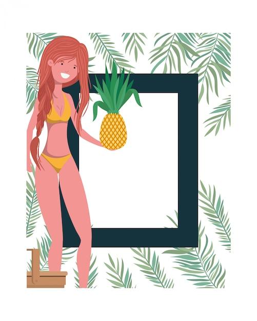 水着とパイナップルの手のフレームを持つ女性 無料ベクター