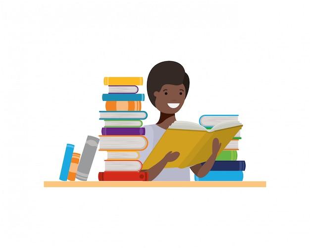 Студент мальчик с книгой для чтения в руках Бесплатные векторы