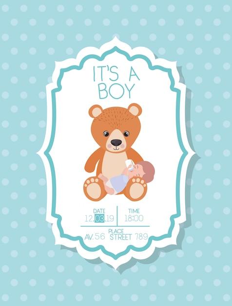 Это карта детского душа мальчика с ребенком и плюшевым мишкой Бесплатные векторы