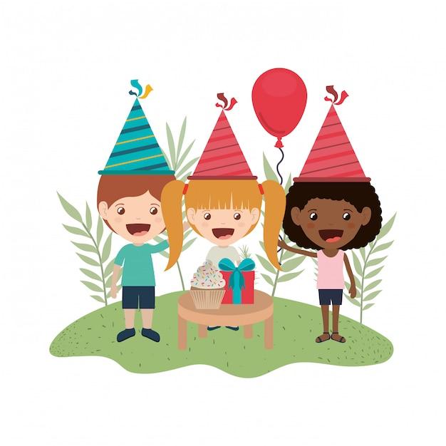 誕生日のお祝いの子供たちのグループ Premiumベクター