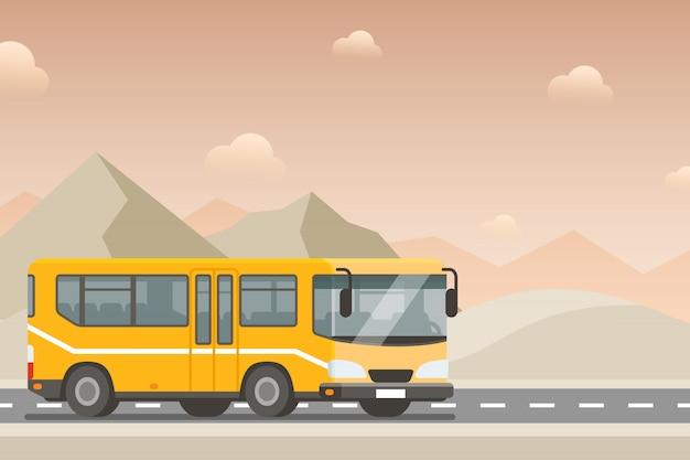Желтый автобус едет по шоссе в пустыне. Premium векторы