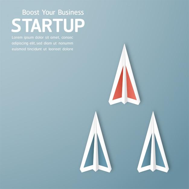紙のカット、クラフト、折り紙のスタイルでコンセプトを起動のイラスト。ロケットは青い空を飛んでいます。 Premiumベクター